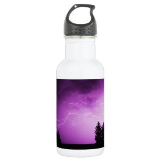 Cielo púrpura con el relámpago