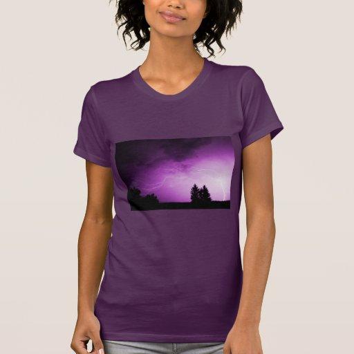 Cielo púrpura con el relámpago camisetas