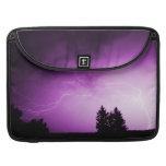 Cielo púrpura con el relámpago fundas para macbooks