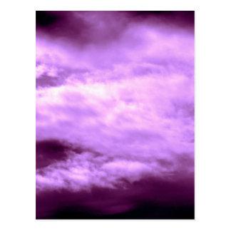 Cielo púrpura dramático postal