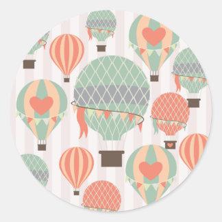 Cielo rayado rosado de levantamiento de los globos pegatina redonda