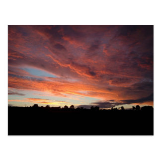 Cielo rojo que brilla intensamente tarjetas postales
