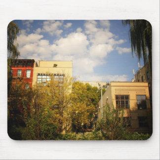 Cielo sobre un jardín en la ciudad del alfabeto, E Mouse Pads