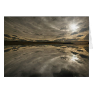 Cielo tempestuoso reflejado en agua tarjeta de felicitación