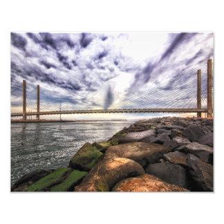 Cielo tempestuoso sobre el puente indio del río cojinete