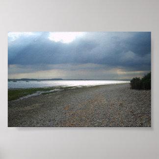 Cielo tempestuoso y mar bochornoso poster