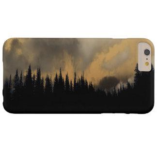 Cielo y árboles amenazadores del Parque Nacional Funda De iPhone 6 Plus Barely There