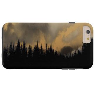 Cielo y árboles amenazadores del Parque Nacional Funda De iPhone 6 Plus Tough