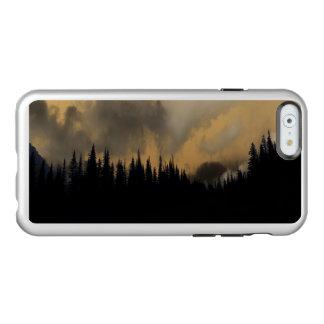 Cielo y árboles amenazadores del Parque Nacional Funda Para iPhone 6 Plus Incipio Feather Shine