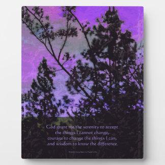 Cielo y árboles del rezo de la serenidad violetas placa