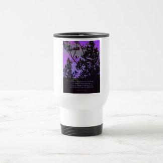 Cielo y árboles del rezo de la serenidad violetas taza térmica