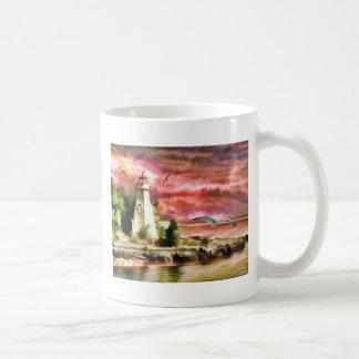 Cielo y faro hermosos de la puesta del sol taza de café