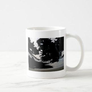 Cielo y playa abstractos grises blancos negros de  taza de café
