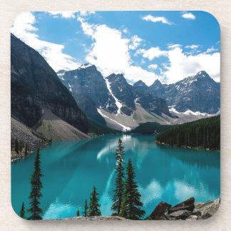 Cielos azules sin fin sobre las montañas posavasos de bebida
