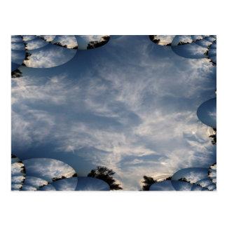 Cielos oscuros con un rastro del fractal tarjeta postal