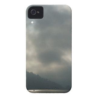 Cielos tempestuosos de Myserious por el lago iPhone 4 Carcasa