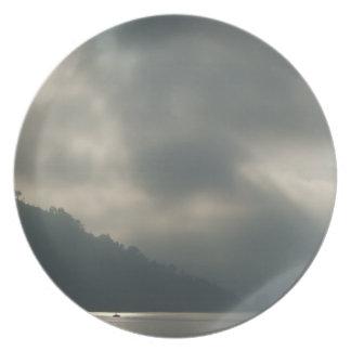 Cielos tempestuosos de Myserious por el lago Plato