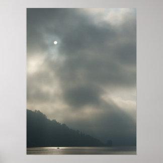 Cielos tempestuosos de Myserious por el lago Póster