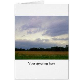 Cielos tempestuosos inminentes de los campos de gr tarjeta de felicitación