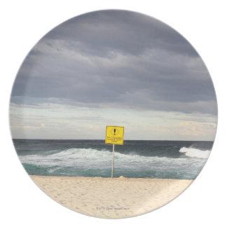 Cielos tempestuosos sobre la playa de Bronte Platos Para Fiestas