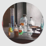 Ciencia - químico - equipo de la química pegatina redonda