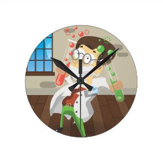 Científico con los tubos de ensayo reloj redondo mediano