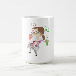 Científico con los tubos de ensayo taza de café
