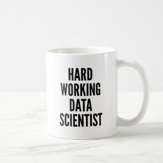 Científico de trabajo duro de los datos taza básica blanca