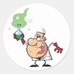 Científico enojado divertido que sostiene la pegatinas redondas