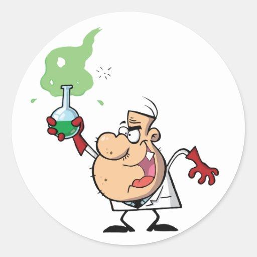 Científico enojado divertido que sostiene la pegatina redonda