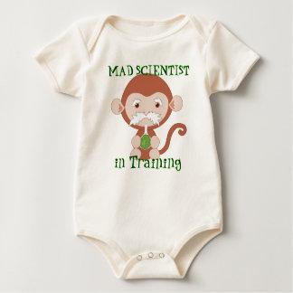 Científico enojado en camisa del bebé del