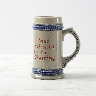 Científico enojado en el entrenamiento jarra de cerveza