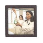 Científico que añade la solución al cubilete caja de regalo de calidad