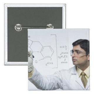 Científico que escribe fórmula química pin cuadrado