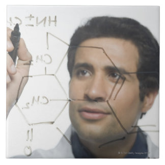 Científico que escribe la fórmula química 2 azulejo cuadrado grande