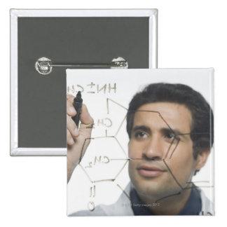 Científico que escribe la fórmula química 2 pin cuadrado
