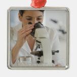 Científico que usa el microscopio en farmacéutico ornamentos de reyes