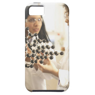 Científicos que examinan el modelo molecular iPhone 5 carcasas