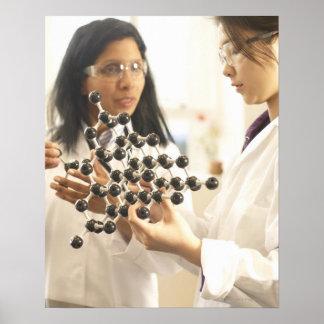 Científicos que examinan el modelo molecular impresiones