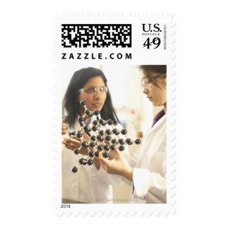 Científicos que examinan el modelo molecular
