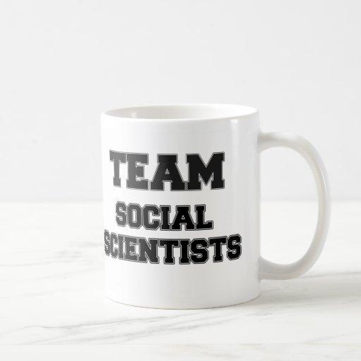 Científicos sociales del equipo taza básica blanca