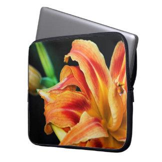 Cierre anaranjado de la flor del lirio de día para mangas computadora