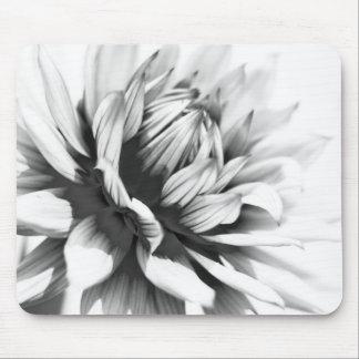 Cierre blanco y negro de la flor encima de la este tapetes de ratón