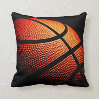 Cierre de la bola del baloncesto encima del modelo almohada