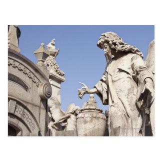 Cierre de la estatua del ángulo para arriba en el postal