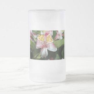 Cierre de la flor de la orquídea para arriba, foto jarra de cerveza esmerilada
