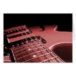 Cierre de la guitarra eléctrica encima del rojo de felicitacion