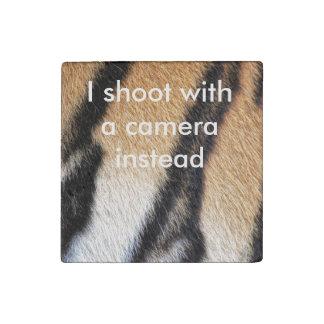 Cierre de la piel del tigre encima de la foto imán de piedra