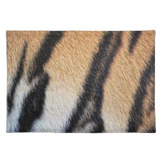 Cierre de la piel del tigre encima de la foto manteles