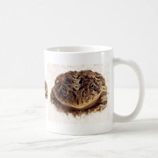 Cierre de la rana del sapo encima de la fotografía tazas de café